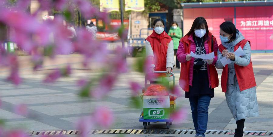 Funcionários comunitários compram necessidades diárias para famílias em prédio isolado em Nanchang