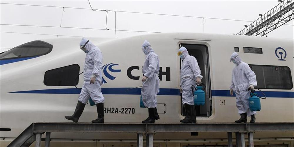 Funcionários ferroviários realizam operações de desinfecção para prevenir e controlar disseminação do coronavírus