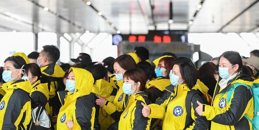 Equipes médicas de toda a China partem rumo a Hubei