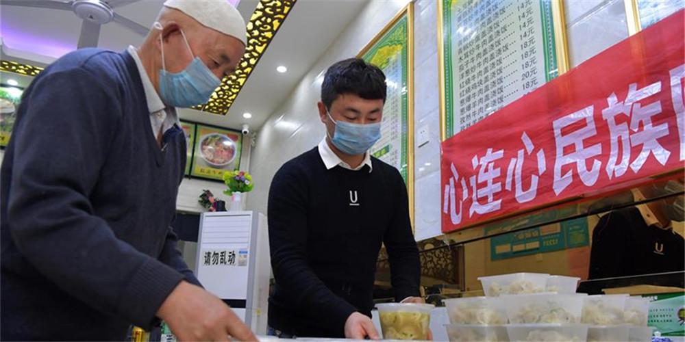 Moradores oferecem comida gratuita para funcionários em combate contra o novo coronavírus