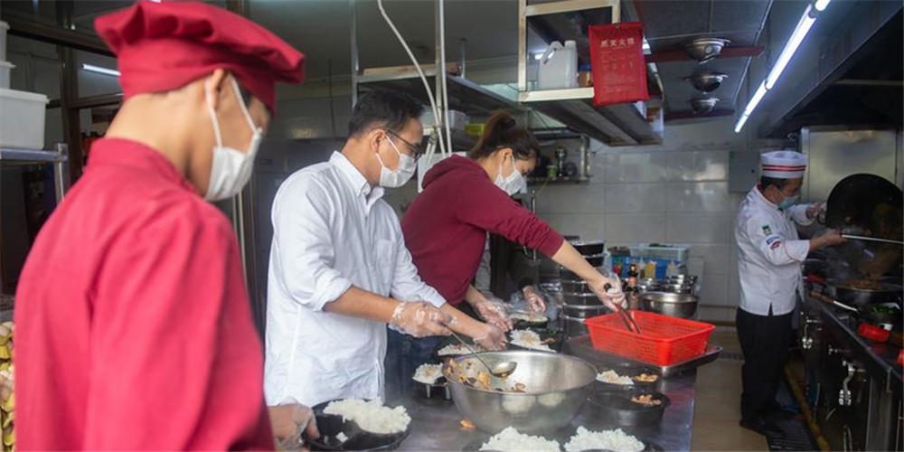 Restaurante oferece refeições gratuitas para funcionários médicos em Hainan