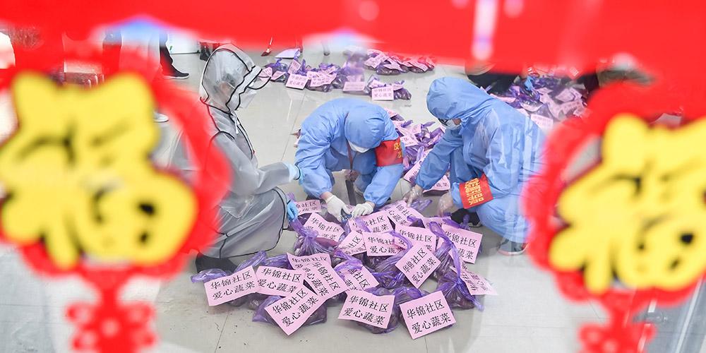 Voluntários em Wuhan entregam mantimentos a moradores necessitados em meio ao isolamento