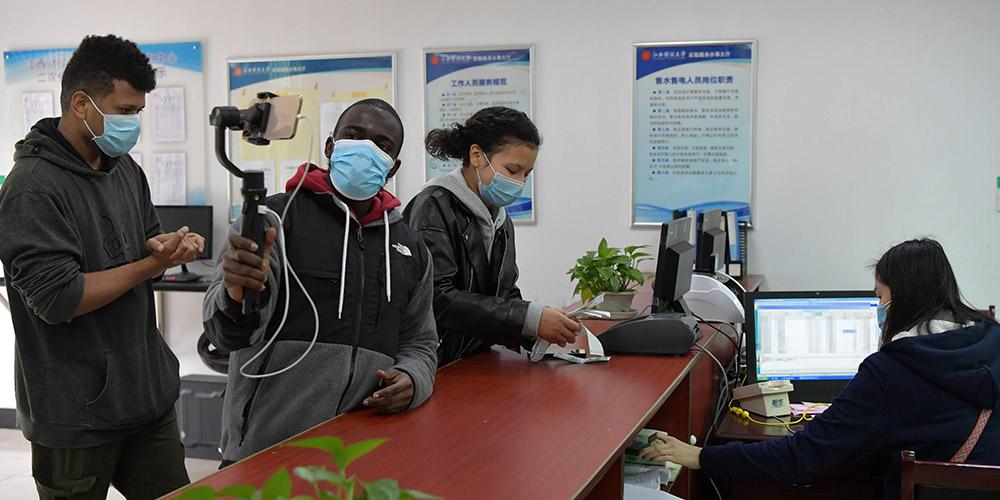 Fotos: Cotidiano de estudante nigeriano na China em meio a surto epidêmico