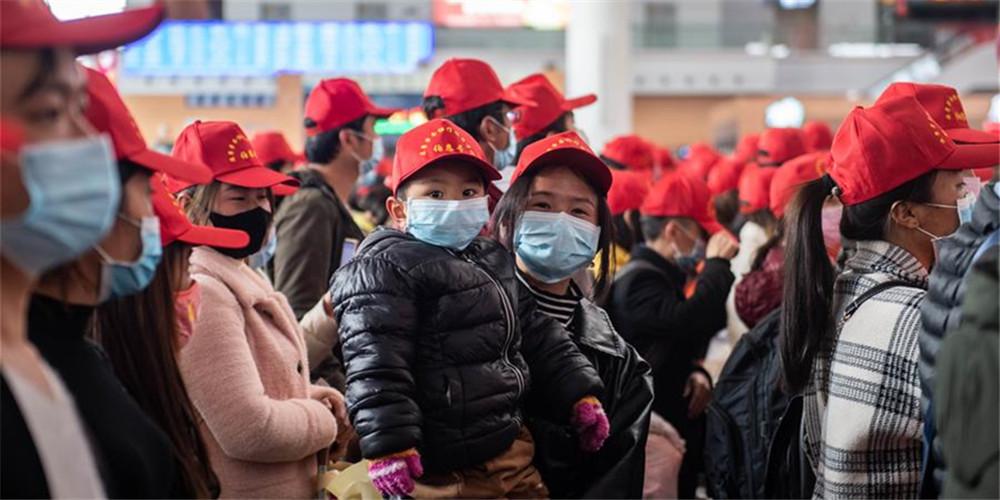 Trabalhadores da província de Yunnan retornam ao trabalho em trem especial com destino a Guangdong