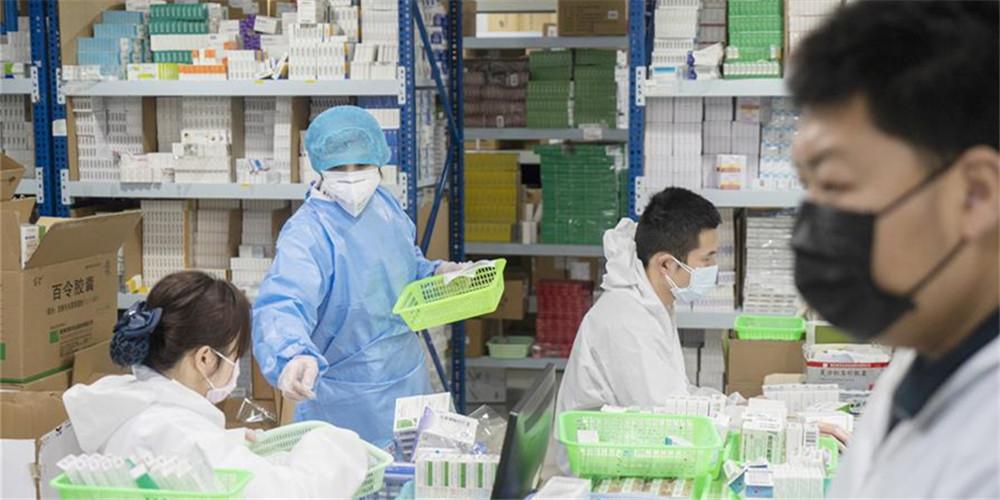 Funcionários em farmácia de Wuhan trabalham arduamente para atender às necessidades de saúde