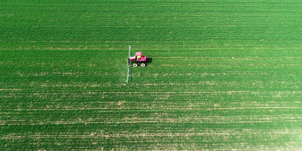 Agricultores aram campos em meio à luta contra COVID-19