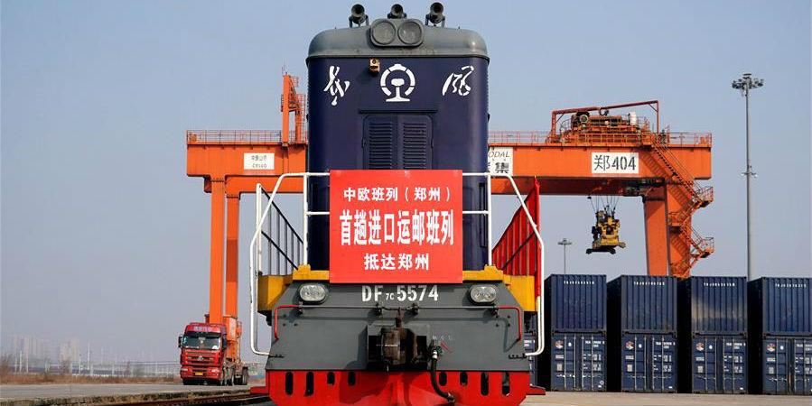 Trem de carga China-Europa carregado de remessas chega à cidade de Zhengzhou, no centro da China