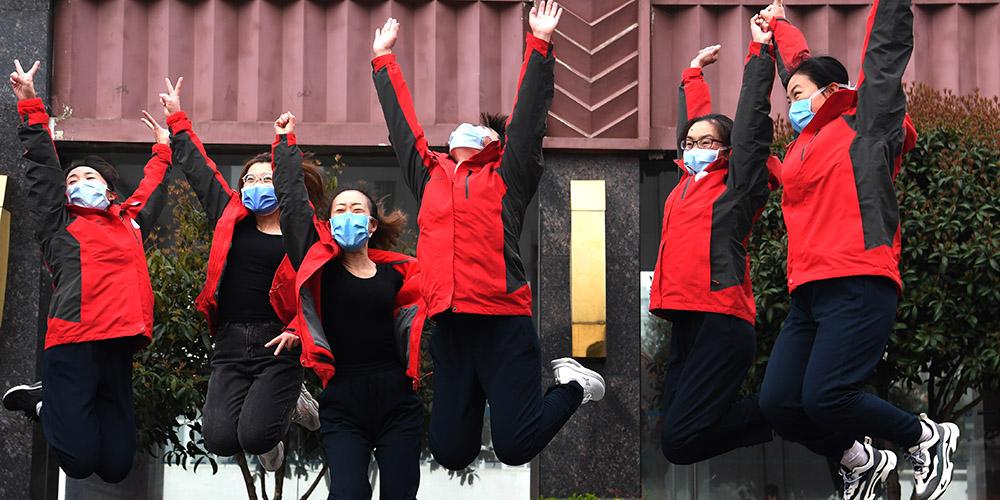 Equipes médicas participam de jogos divertidos em Wuhan para comemorar o Dia Internacional da Mulher