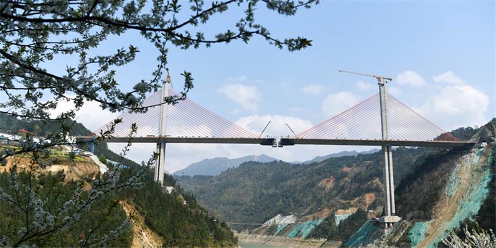 Construção da superponte do rio Qingshui é retomada em Guizhou, sudoeste da China