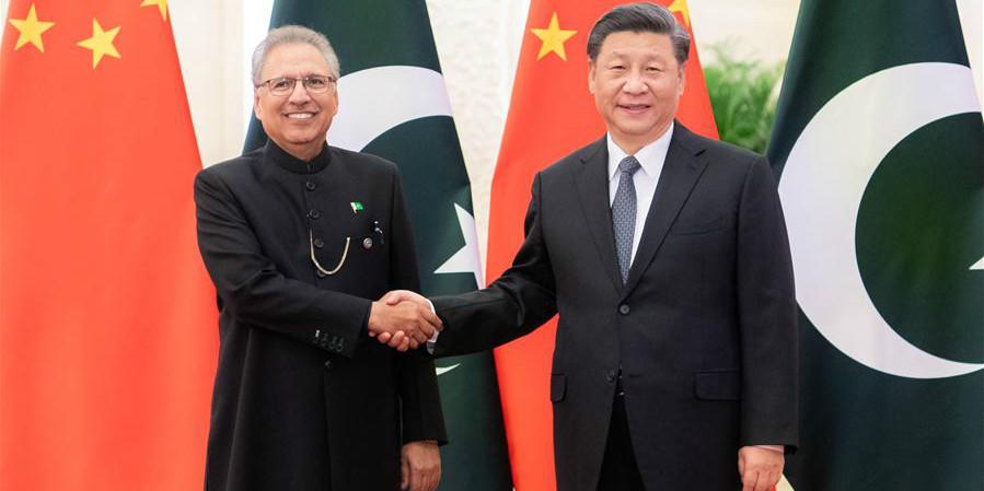 Xi reúne-se com presidente paquistanês para aprofundar laços em meio à luta contra COVID-19