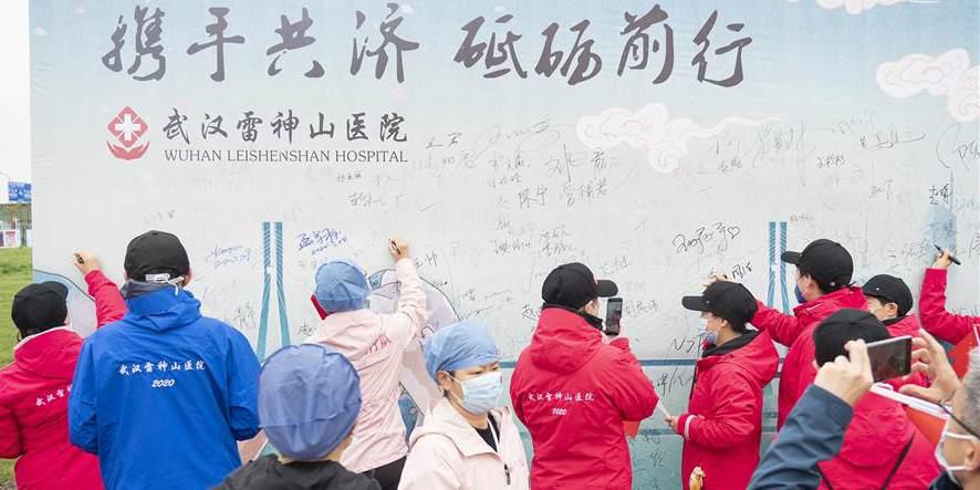 Profissionais médicos participam da cerimônia de despedida no Hospital Leishenshan em Wuhan