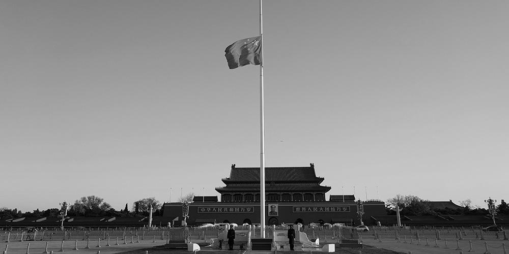 China hasteia bandeiras a meio mastro em tributo a mortos na luta contra COVID-19