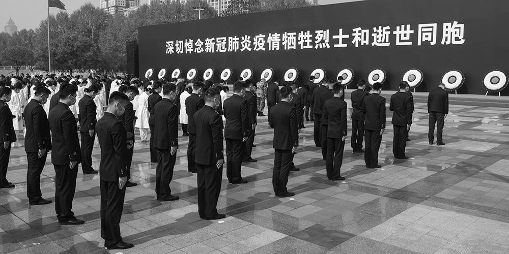 Pessoas prestam homenagem silenciosa a mártires e compatriotas mortos na luta contra COVID-19