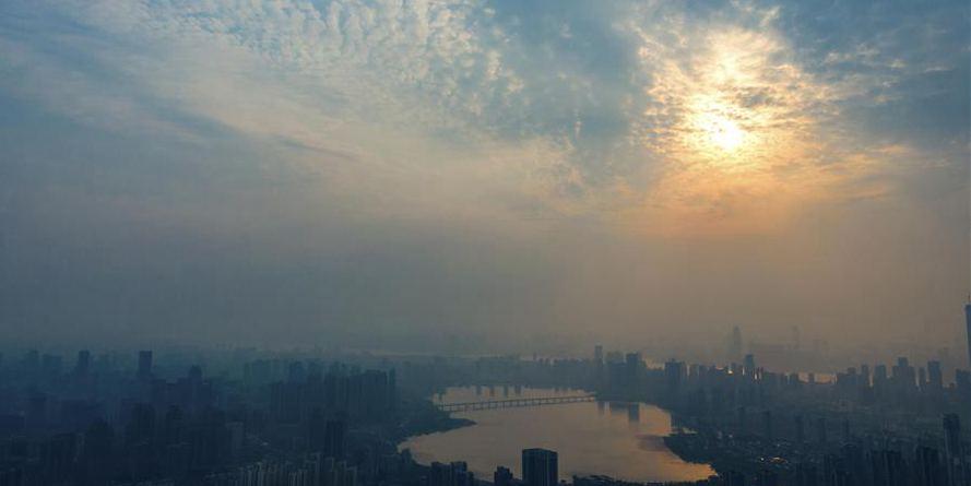 Vista aérea do pôr do sol em Wuhan
