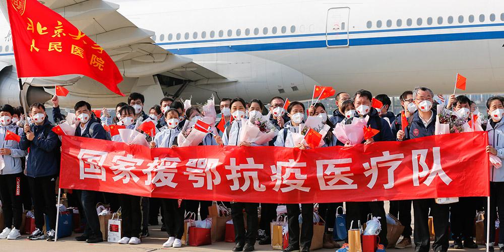 Profissionais médicos retornam a Beijing após ajudarem Hubei na luta contra COVID-19