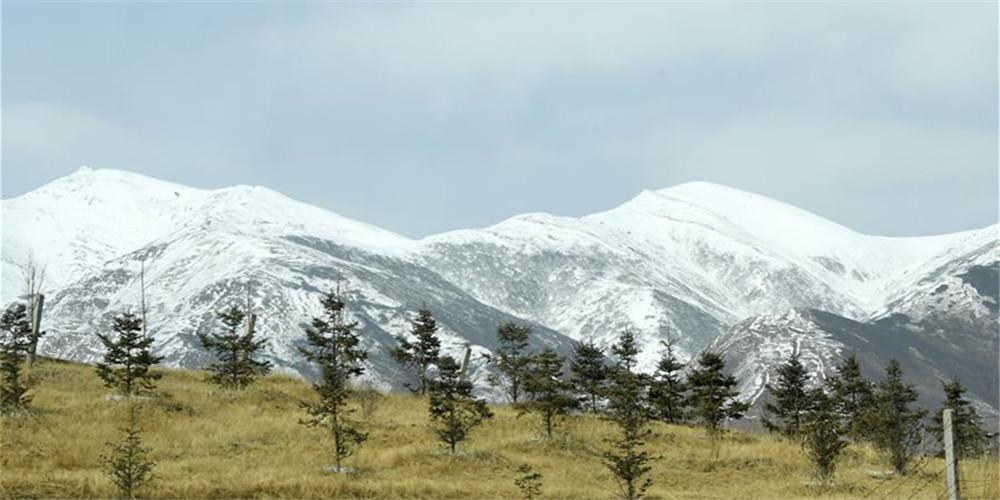 Paisagem de neve das montanhas Qilian em Gansu