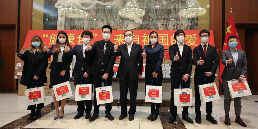 """Embaixada da China no Japão distribui """"pacotes de saúde""""aos estudantes chineses"""