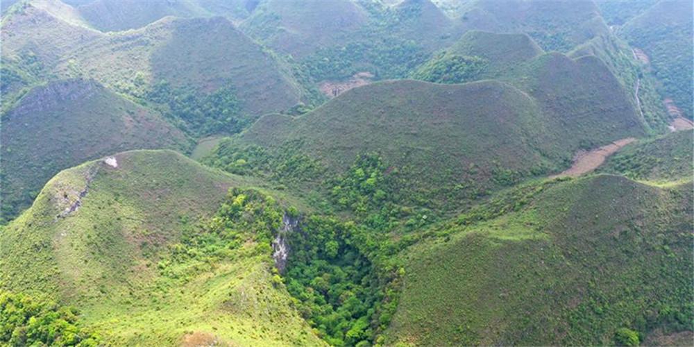 Paisagem de Dashiwei Tiankeng no Geoparque Global Leye-Fengshan, em Guangxi