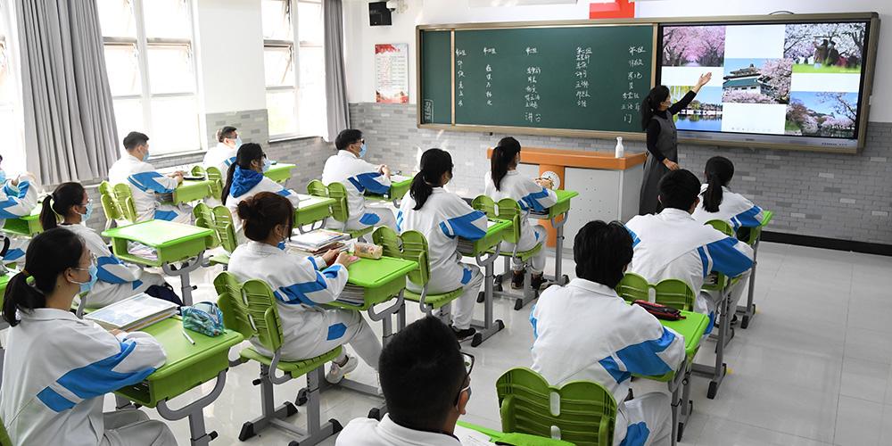 Quase 50.000 alunos do ensino médio voltam às aulas em Beijing
