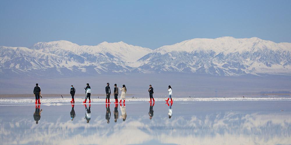 Lago salgado Caka em Qinghai reabre a turistas