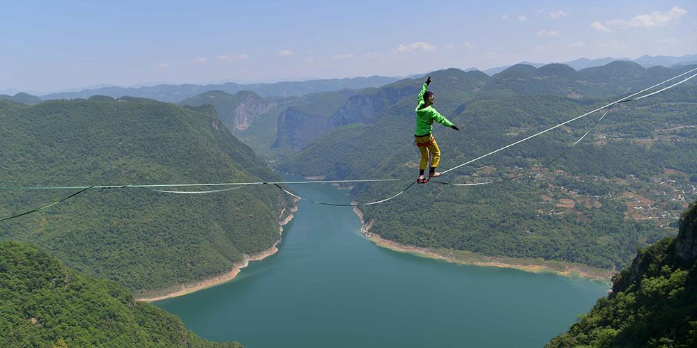 Fotos: Atleta chinês de highlining atravessa um cabo sobre vale em Hubei