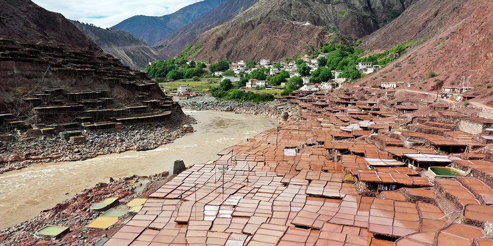 Vista aérea de salinas na vila de Naxi, no Tibet