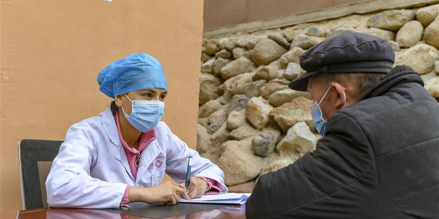 Moradores de Xinjiang vão a clínica local para fazer exame físico anual gratuito