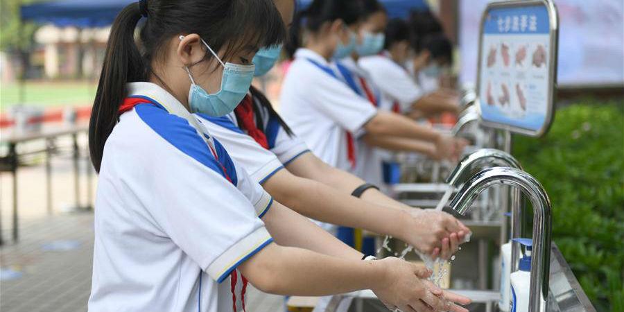 Alunos do fundamental e médio de Guangzhou voltam às escolas