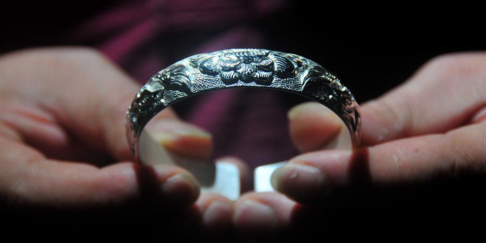 Instituto de treinamento em Hunan ensina técnicas de fazer ornamentos de prata da etnia Miao