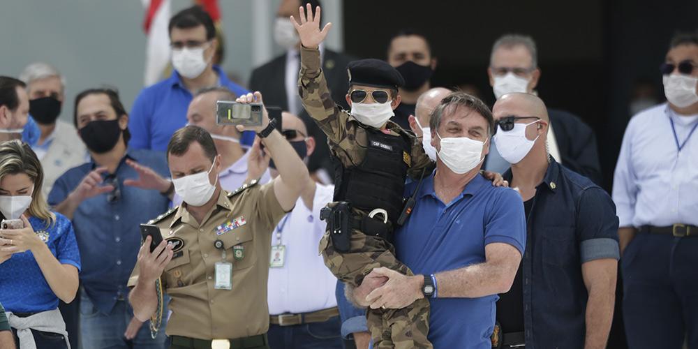 Bolsonaro participa de manifestação em frente ao Planalto