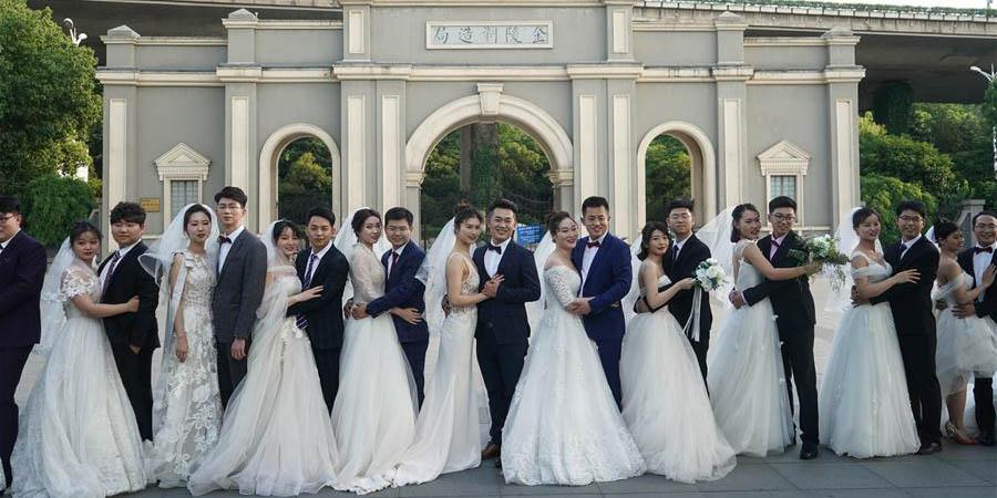 Quinze casais tiram fotos de casamento em Nanjing