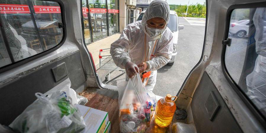 Lojas e supermercados em Jilin fornecem necessidades diárias para comunidades