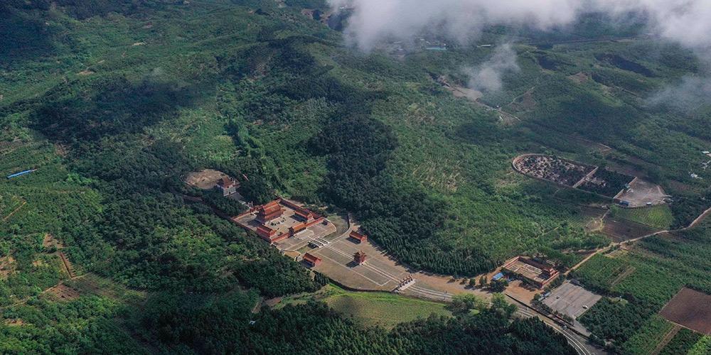 Vista das tumbas imperiais da dinastia Qing após chuvas em Tangshan