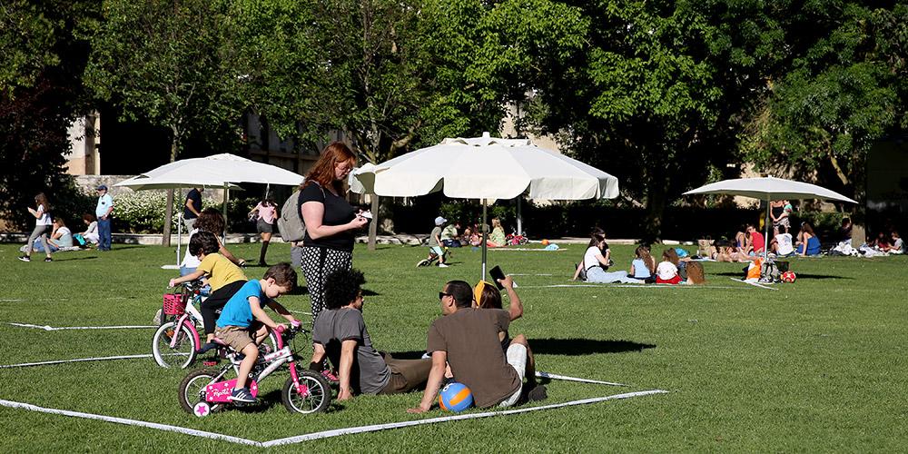 Portugueses aproveitam dia de sol em parque em Cascais