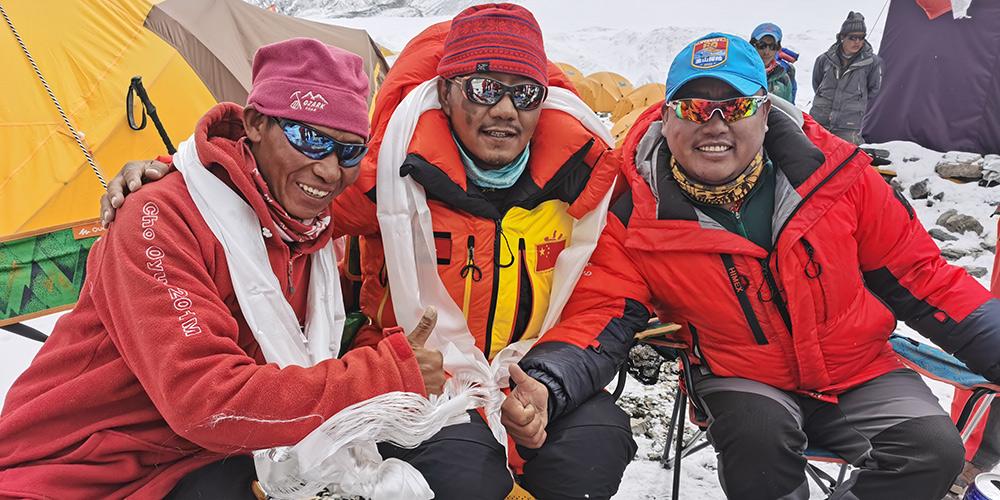 Topógrafos chineses retornam ao acampamento avançado a 6.500 metros de altitude no Monte Qomolangma