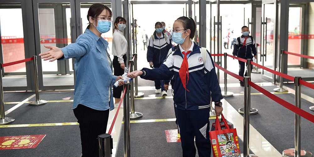 Alunos do ensino fundamental voltam às escolas em Changchun