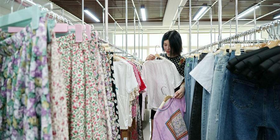 Apresentadores online fazem promoção de vendas de vestuário através de plataforma de transmissão ao vivo