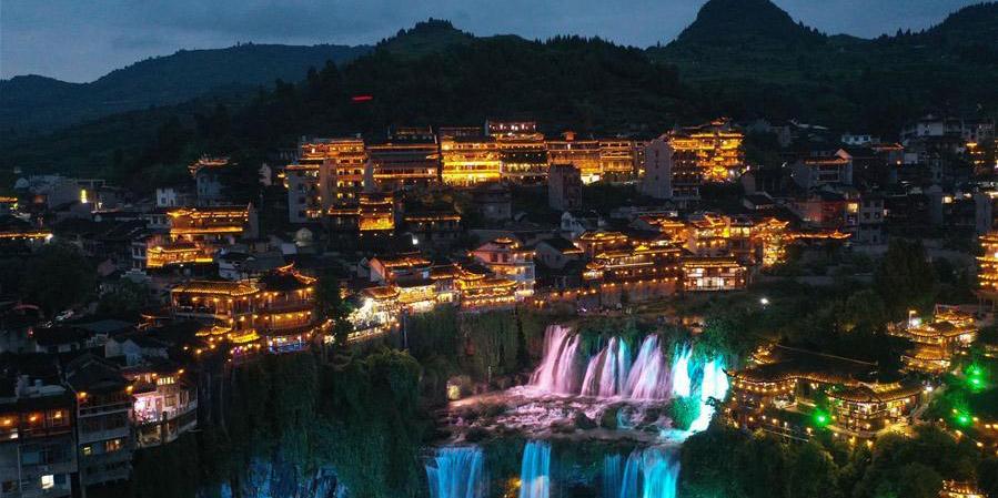 Paisagem noturna do ponto turístico da vila de Furong em Hunan