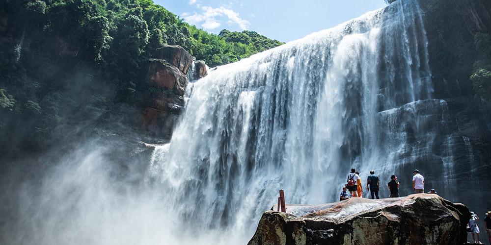 Turistas visitam cachoeira Huangguoshu em Guizhou, sudoeste da China