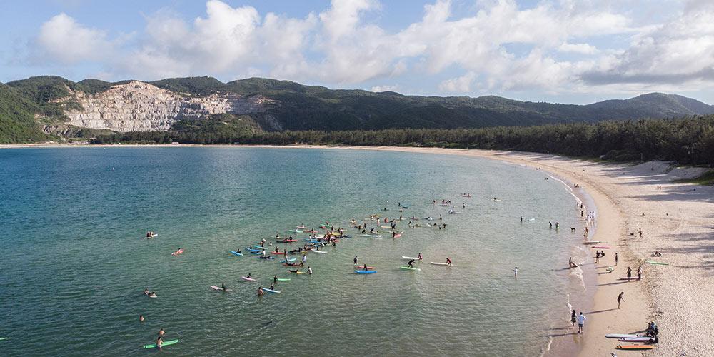 Turistas se divertem nas praias de Sanya