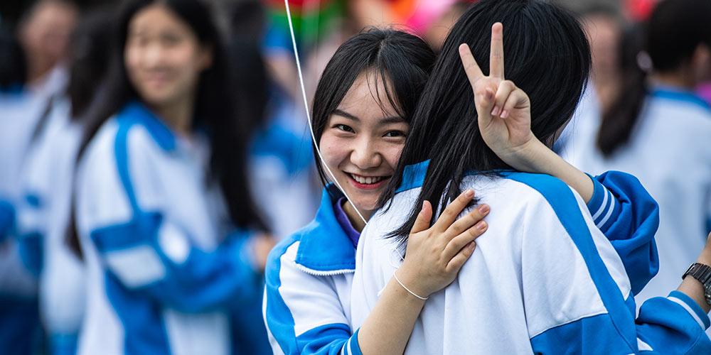 Escola secundária em Guiyang realiza cerimônia de formatura e maioridade para alunos