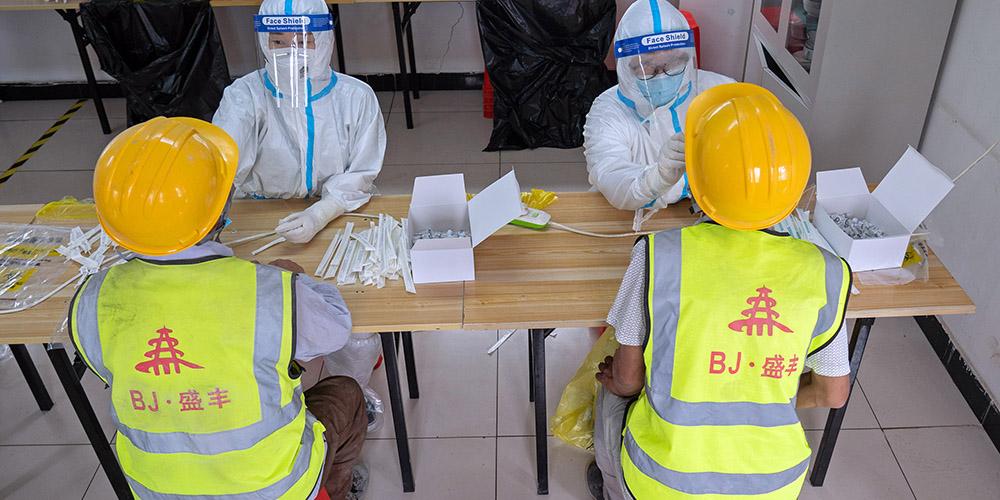 Trabalhadores da construção recebem teste do ácido nucleico no distrito de Daxing em Beijing