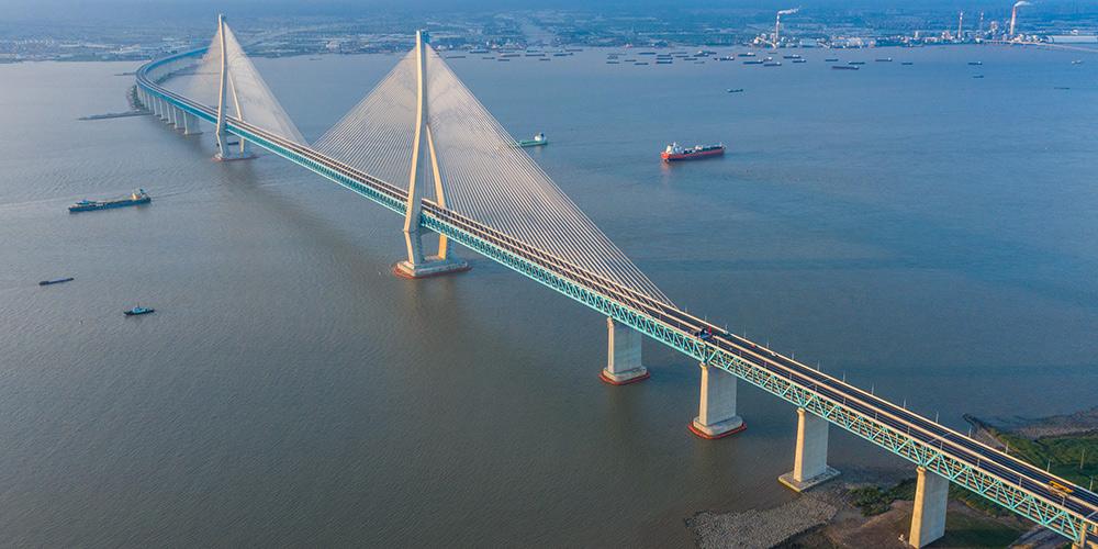 Ponte estaiada rodo-ferroviária com maior vão do mundo abre ao tráfego em Jiangsu