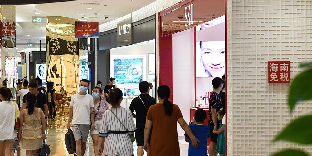 Clientes fazem compras em lojas duty-free em Haikou