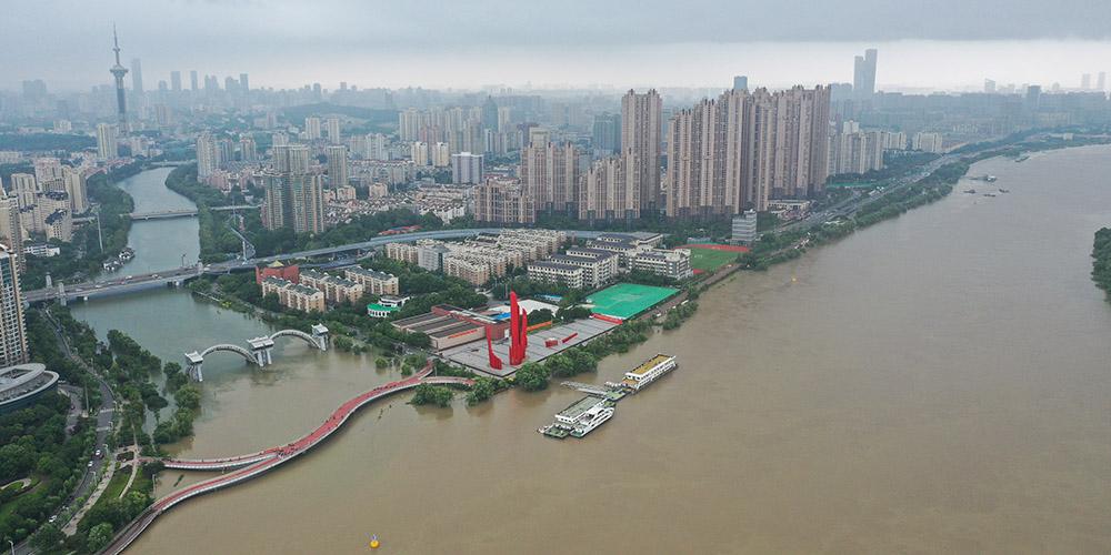 Águas do rio Yangtzé atingem nível de alerta para enchente em Nanjing