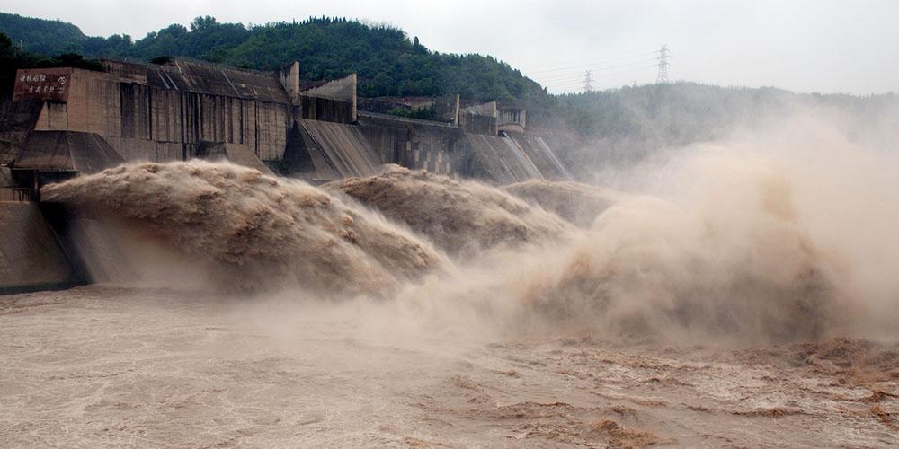 Reservatório de Xiaolangdi em Henan continua a descarregar água para controle de enchentes