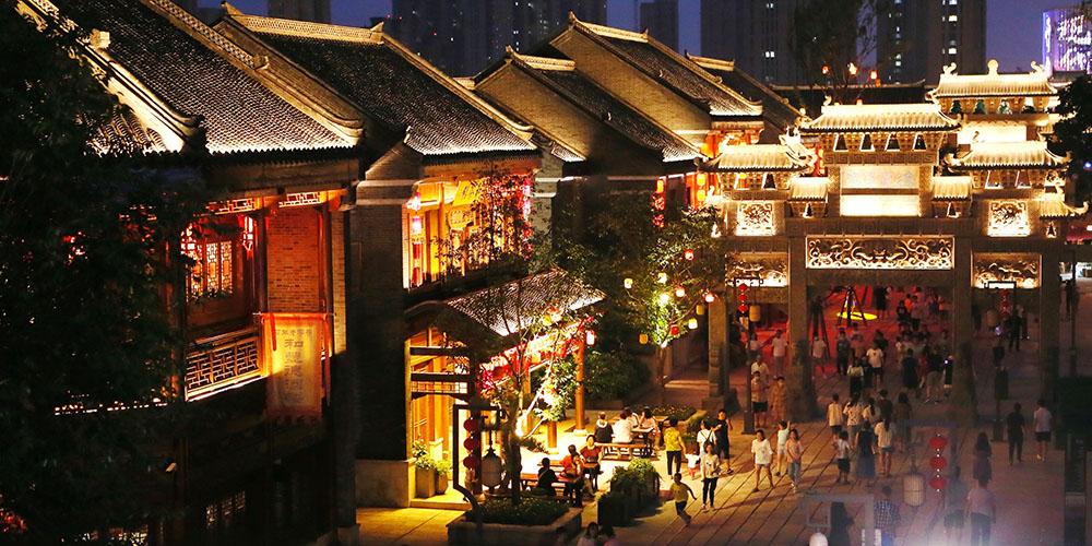Turistas aproveitam passeio noturno pela antiga vila de Jimo em Qingdao
