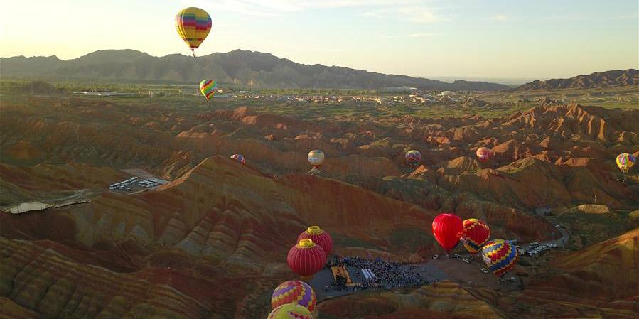 Montanhas multicoloridas no Geoparque de Zhangye