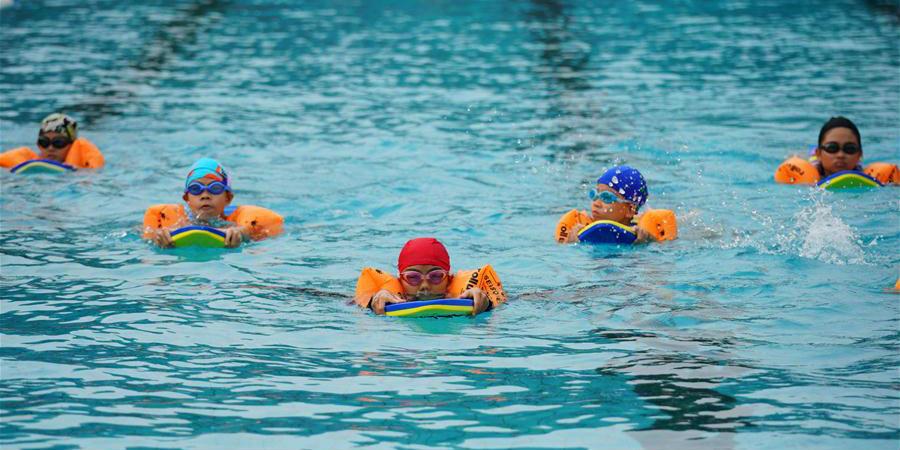 Crianças aprendem habilidades de natação em Shahe, Hebei