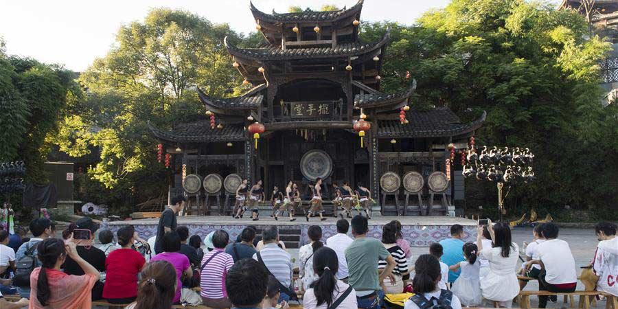 Turistas aproveitam momentos de lazer no distrito de Yongshun, província de Hunan